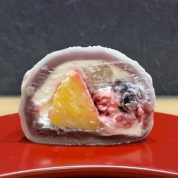 お取り寄せは冷凍で届きます。食べるときは冷蔵庫に移し、半日程度解凍してからいただきましょう。半解凍の状態でカットするときれいにカットすることができますよ。日本茶だけでなく、コーヒーや紅茶との相性も抜群です。
