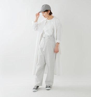 サスペンダータイプのホワイトデニムに、白トップスと白のシャツワンピースを羽織ったコーディネートです。全身白でまとめると、デニムスタイルもグッと洗練された印象に。スニーカーとキャップで、色味とカジュアルなアクセントをプラス。