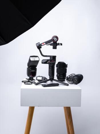 さて、このジンバルですが、通常はデジタル一眼レフカメラやミラーレスカメラ、さらにはビデオカメラなどをセットして使用します。しかし、このカメラを取り付ける作業は実は大変。軸をブレさせないジンバルですが、初めにしっかりと水平な位置を探して取り付けなくてはならず、かなり繊細な作業なのです。