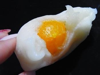 ひと口食べると、金柑が顔をのぞかせます。金柑の種を抜いてから蜜漬けすることで、煮るよりも皮の食感や苦み、酸味が残るようにこだわっているそう。甘さ控えめの餡と一緒に食べると、爽やかな風味が広がります。お取り寄せは冷蔵保存で届きますが、少し凍らせて食べるのもおすすめです。