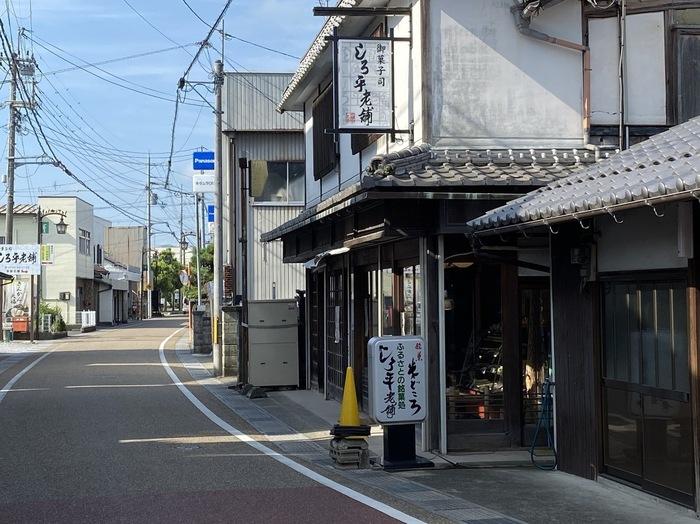 1865年創業の「しろ平老舗」は、滋賀県で知る人ぞ知る老舗の和菓子店。5代目の岩佐昇さんは、全国和菓子協会主催の第2回選和菓子職(優秀和菓子職人)に認定された実力の持ち主です。