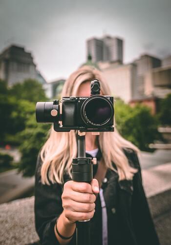 「カメラのズーム機能を使えばいいのでは?」と思う人もいるかもしれません。しかし、カメラそのものが被写体に動くことで背景がダイナミックに動き、それこそがジンバル撮影の醍醐味。特に人物に対して「ドリーショット」を使うと、撮影場所の風景や景色を強調できます。見る側の没入感を高めてくれるテクニックです。