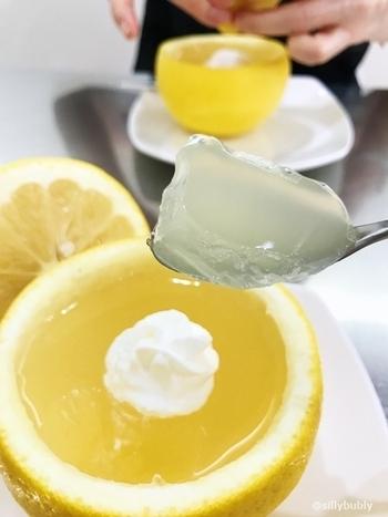 果汁をゼラチンで固めていて、つるんとやわらかな食感が特徴。果汁たっぷりで、フルーツそのものを食べているようなフレッシュさを味わえます。