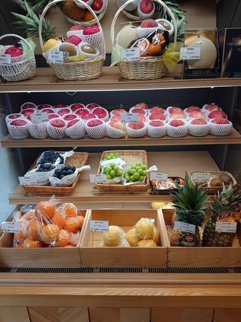 """京都のフルーツパーラーといえばここ!といわれるほど地元の方に親しまれている「CRICKET(クリケット)」。元々、と京都中央卸市場を営んでいた初代が""""世界の果物をおいしく食べてもらおう""""と1974年にオープンました。"""