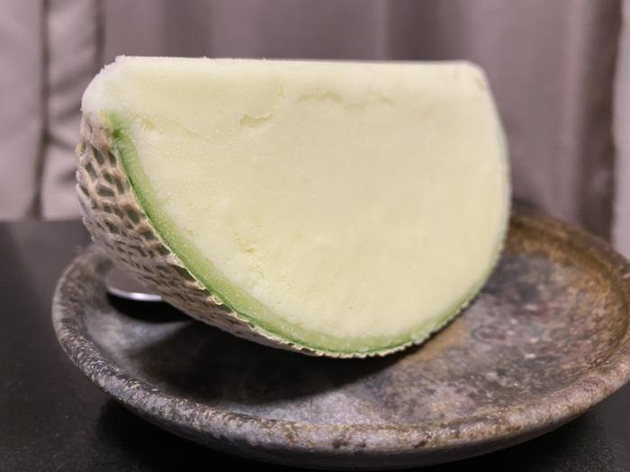 フルーツの王様メロンのソルベは、果汁にクリームやリキュールを加えたリッチなテイスト。高品質にこだわり、季節によって産地を厳選。芳醇な香りと極上の味わいで、ご褒美スイーツにふさわしい逸品です。
