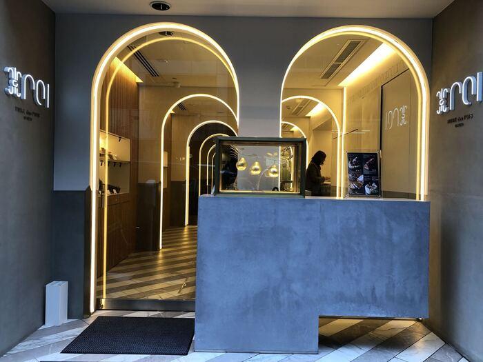 ワンランク上のフルーツスイーツを探している方におすすめなのが「POIRE des rois Virtual Shop(ポアール・デ・ロワ バーチャルショップ)」です。1969年に大阪・帝塚山に創業した老舗洋菓子店「POIRE(ポアール)」が東京・銀座に進出したお店で、2021年2月からはバーチャルショップに移転したことでも注目されています。  ※外観画像は銀座店のイメージです。