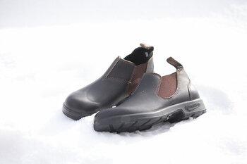 雨や雪の日でも履ける!「BLUNDSTONE(ブランドストーン)」のタフなレザーブーツ。堅牢なつくりで、浸水しにくく、ソール部分はしっかりグリップ力があり、滑りにくい。安心と快適さを叶える履き心地と、ちょっと無骨で味わいのある見た目。ローカットなので、パンツももたつきにくく、スカートと合わせるのもかわいい。適度に手入れすれば、経年変化を楽しみながら、長く愛用できますよ。