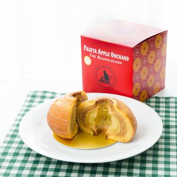 茨城県にあるりんご園が手がける「黒猫ルーシーのりんご丸ごとバウム」は、シャキシャキのりんごに、シナモンとりんごの蒸留酒・カルバドスがほんのり香るスイーツです。外側のバウムクーヘンはしっとりしていてジューシーなりんごと相性抜群。大きくカットして紅茶と一緒にいただくのがおすすめですよ。