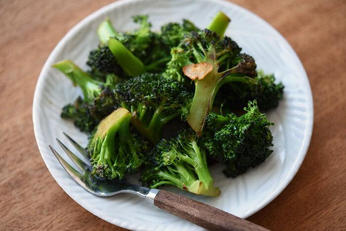 にんにくが食欲をそそる「ブロッコリーのにんにく醤油炒めのレシピ」。ブロッコリーの食感を残すように茹でて食べ応えのある一品に。