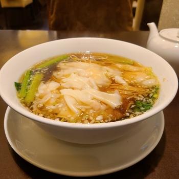 ランチは麺やチャーハン、麻婆豆腐などのセットでボリューム満点。こちらは、つるんとなめらかなワンタン麺です。ボリュームがあるので、おなかを空かせて訪れましょう。