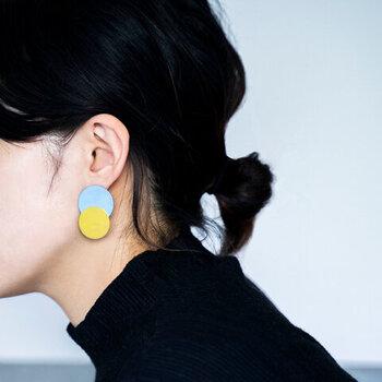 存在感のある大ぶりピアスは時には遊び心をプラスして思いっきり楽しんでみましょう♪個性的なデザインのものや、左右のデザインが違ったアシンメトリーデザインは、うれしい小顔効果も!耳元に視線が行き、気になるお顔の輪郭をカバーすることができちゃいます。