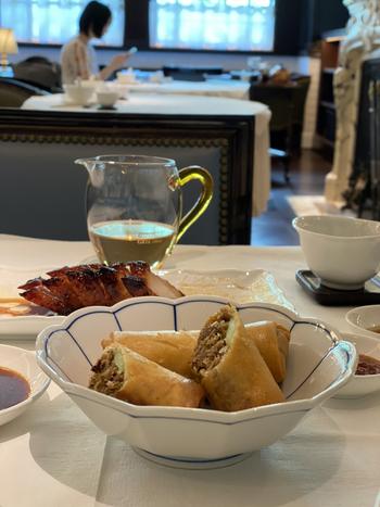 ランチはアラカルトで、春巻きややちまきなどの豊富なメニューがそろっています。また、点心に合う中国茶がおいしいことでも知られていて、数あるなかでも特におすすめなのは30年熟成させたプーアル茶。美しい茶器も見事なので、贅沢な気分になれますよ。