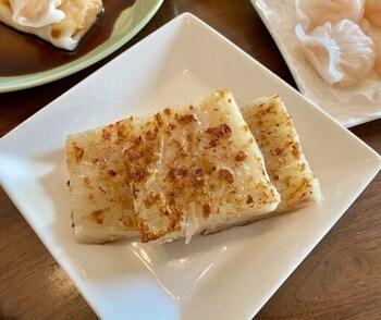 点心の人気メニュー「大根餅」は、表面が香ばしく中がもちもちです。気軽に食べられるのに味は一流。丁寧に作られた手作り点心は、数種類を食べ比べるのがおすすめですよ。