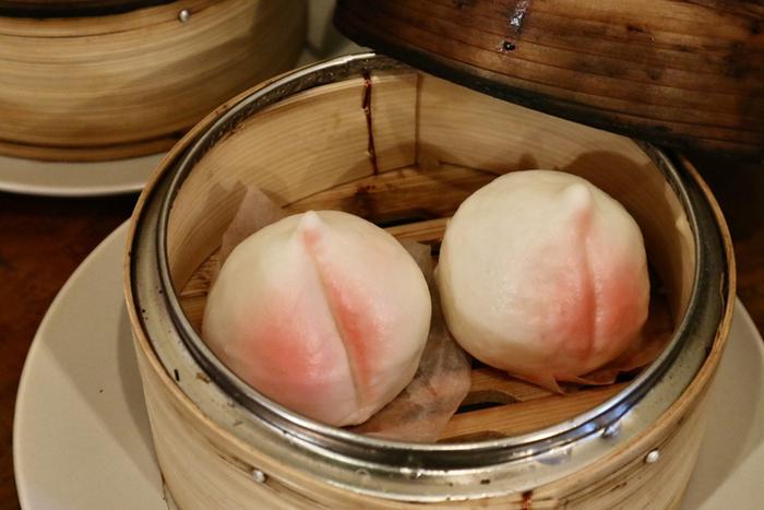 シメのデザートも点心で。「蒸しカスタードマン」は甘くアツアツの餡がやさしい味わい。淡いピンク色の見た目もかわいらしく、女子受け抜群です。