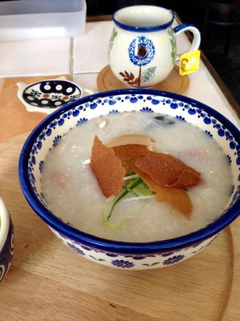 香港で定番の「豚肉とダブル卵」は、ピータンと塩漬けの鴨卵の風味がアクセントになっています。注文を受けてから作られるお粥は、ポタージュのようなとろみがやさしいひと品です。