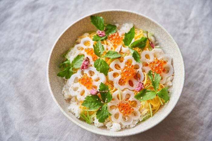 シンプルでベーシックなちらし寿司のレシピ。お花型にカットしたキュートなれんこんがポイントです。
