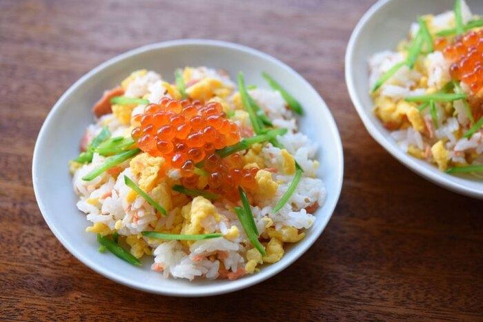 炒り卵の甘さに、鮭フレークとイクラの塩気のあるものを合わせた、ちらし寿司風混ぜご飯。鮭フレークは市販のものを使用すればラクラクです。