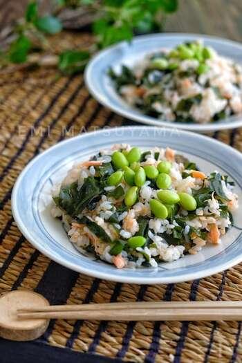 ほぐした塩鮭とわかめをたっぷり混ぜ込んだ混ぜ寿司。仕上げに枝豆をトッピングすれば彩りも良くなります。