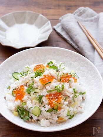 あじの干物を使った簡単混ぜ寿司。刻んだたくわんも入っているから、食感も美味しく、さっぱり食べられる味です。トッピングにイクラをのせれば見た目も豪華な仕上がりに。