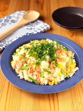 鮭&炒り卵入りのお子さんも好きな味。余った分をおむすびにしてもカラフルでおいしいです。