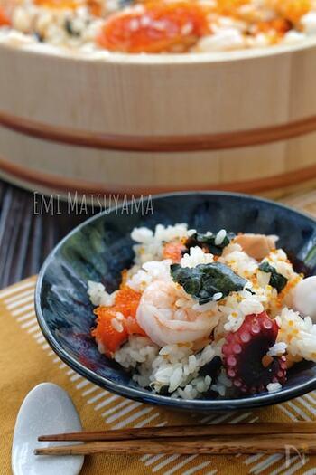 海鮮の具材がごろごろ入った豪華な混ぜ寿司。見た目の迫力も食べ応えも満点のごちそうレシピです。