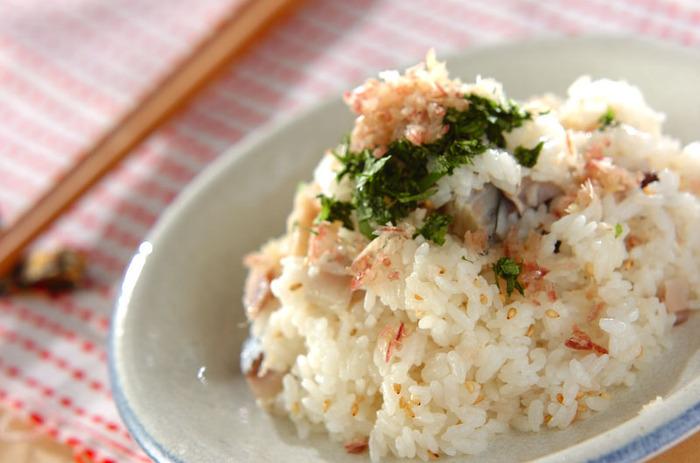しめサバをご飯に混ぜ込んだお手軽混ぜ寿司。パパっと10分以内につくれるので、忙しい日の夕食にもぴったりです!