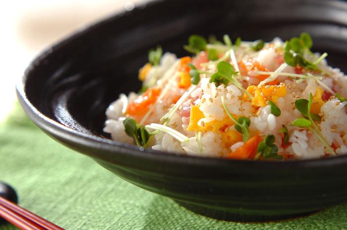 お好みのお刺身を使った海鮮混ぜ寿司。サーモンやマグロなど赤身の魚を加えるとパッと華やかになります。