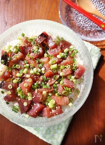 三重県の郷土料理「手こね寿司」を自宅で。薬味をたっぷり加えてカツオの臭みを抑えるのがポイントです。