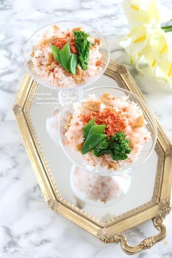 市販のお稲荷さんの皮と、鮭フレークで作る簡単混ぜ寿司。時間の無い日にも、混ぜるだけでとっても簡単にハレの日ご飯が出来上がります。