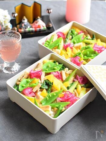野菜と油揚げだけの、ヘルシーでコスパ&見栄え良しなベジタリアンちらし寿司。テーブルに春を運んできてくれそうですね。