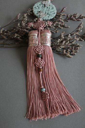 翡翠とシルクを使った上質なノリゲです。組紐の飾り結びと長めの房が絶妙で、韓国らしい美しさを作り上げています。  飾り棚の取っ手にかければ、和風の棚が韓国風に早変わり。シックな色あいに心が落ち着きます。