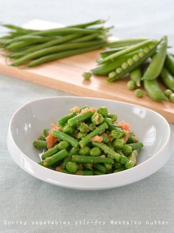 春が旬のいんげんや、生のグリーンピースである「実えんどう」を使用した「春野菜の明太子バター」。春野菜をバターでさっと炒め、明太子と和えて完成です。