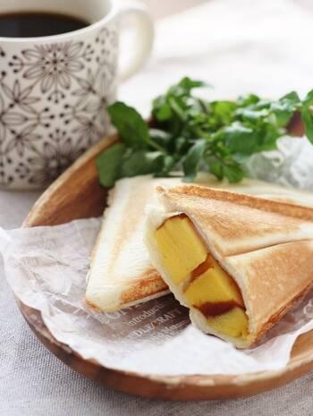 ほんのり甘い卵焼きのような伊達巻と、チーズの塩分がちょうど良い組み合わせの一品です。厚焼き卵を挟んでも美味しくできそうですね。