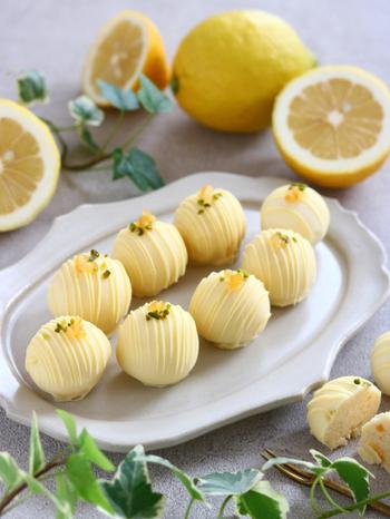 ミルキーなホワイトチョコレートに、爽やかなレモンを合わせたトリュフ。レモンピールの甘酸っぱさとほろ苦さが印象的な、大人っぽい味わいです。コルネで模様を描き、繊細に仕上げましょう。