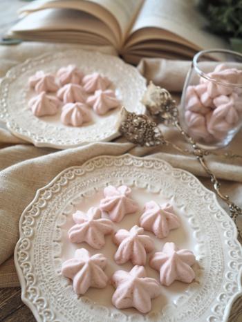 ホワイトデーに人気のマシュマロを、いちご風味の花型に。いちごピューレといちごパウダーで色付けた、淡いピンク色がとてもかわいいですね。