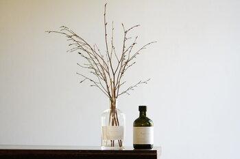 友人へのプレゼントは、少しインパクトがあるものも喜ばれます。リードディフューザーは部屋の雰囲気を演出するため、選ぶのが難しいものですが、日本の木の香りのため馴染み深く喜ばれます。三重県大台町で採られたヒノキやクロモジ精油の日本ならではの深みと渋み。いつもの感謝を込めて、ヒメシャラの枝のデザイン性あふれるリードディフューザーはいかかでしょうか。