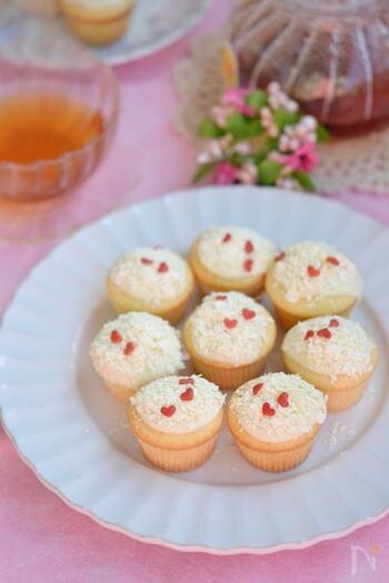 ホワイトチョコを削って雪に見立てたホワイトカップケーキ。ミニサイズでとてもキュートなお菓子です。小さなハートのトッピングでかわいくおめかししましょう。
