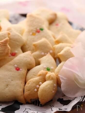 プレーンなクッキーも、ねこ型で抜いて、金平糖のアクセサリーを飾ることでとびきりおしゃれに。プレゼントのお相手が動物好きならとても喜んでもらえそう。
