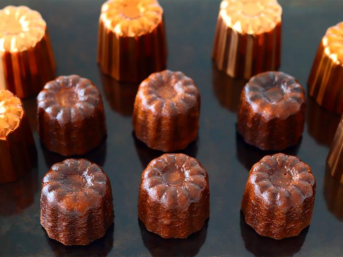 一般的な銅型は、最初に使う時に薄く油脂を塗って180℃で15分ほど油焼きする必要がありますが、この銅型カヌレはシリコン加工が施されているから、使用前の処理が不要。使う時は柔らかくした無塩バターを塗るか、オイルスプレーをかけてから使います。