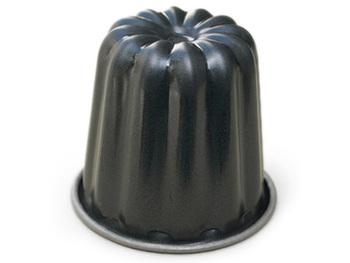 お値段がリーズナブルで扱いやすいものがいいという方には、テフロンのカヌレ型がおすすめ。スチール素材にテフロン加工が施されているから、日常で気兼ねなく使えます。