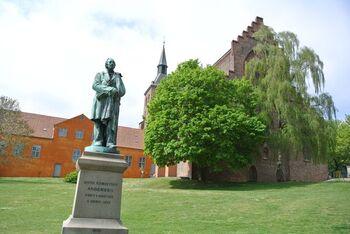 デンマーク第3都市のオーデンセ。この地はデンマークの童話作家ハンス・クリスチャン・アンデルセンの出身地としても有名です。実は、オーデンセの名前の由来は北欧神話のオーディンからきたもの。