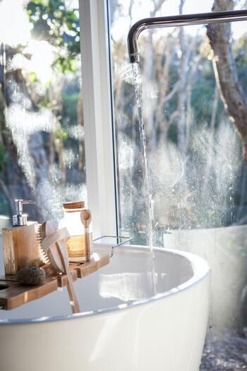 パーマは濡れた状態が一番ウェーブがくっきり出るので、まずは水やパーマ用ミストなどを使って髪を濡らしましょう。ちなみに朝シャワーで髪を洗う方はドライヤーで根元から乾かすのはOKですが、完全に乾かすのではなく毛先は生乾きのままにするようにしてください。