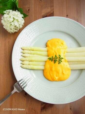 ホワイトアスパラに、卵たっぷりのオランデーズソースをかけて。ホワイトアスパラは、缶詰でもOKです。グリーンアスパラとはまた違った雰囲気で、ビストロのようなおしゃれなオードブルに。