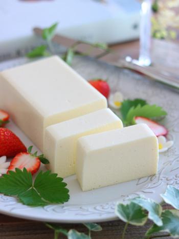 クリームチーズ・マスカルポーネ・ヨーグルト・卵白・生クリーム・ホワイトチョコ・練乳…使った材料は、白いものばかり。驚くほど純白の美しいチーズケーキは、ホワイトデーにお似合いですね。