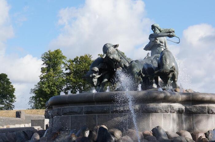 """スウェーデン王国の最古の王と言われているギュルヴィ王から""""4頭の牛が一昼夜で鋤いた土地を与える""""と言われ、ゲフィオンは自分の息子たちを牛の姿に変身させ大地を耕して、その土を海に運んで島を作ったと言われています。そんなワンシーンを再現している、ゲフィオンの泉。ストーリーを知ると更に興味が湧いてきますね。"""