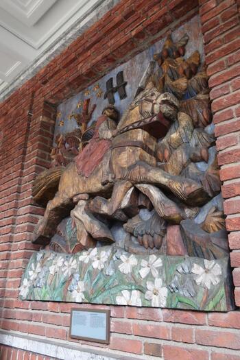 オスロ市庁舎の外壁には、数多くの北欧神話をもとにした木彫が施されています。神獣と呼ばれる8本脚の軍馬、オーディン、エッダの物語など、北欧のルーツを感じる北欧神話にまつわる作品をお楽しみいただけますよ。