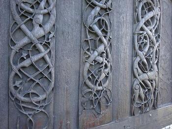 ヴァイキング建築と教会建築が融合した珍しい様式となっており、外壁には北欧神話を彷彿とする架空の動物、蛇、ツタの彫刻が刻まれています。  1130年頃から変わらず、そのまま保存されている珍しい彫刻は、北欧神話が当時の人々の生活の中で欠かせないものであった象徴ですね。