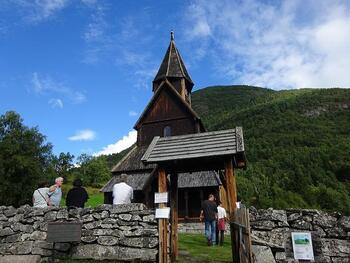 世界遺産にも指定されているノルウェーのソング・オ・フィヨーラネ地方にある、ウェルネススターヴ教会。12世紀頃に建てられ、現存するスターヴ教会の中では最古の教会。ノルウェーの山、湖、フィヨルドを見渡す大自然の中に静かに佇んでいます。