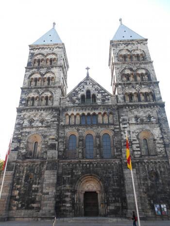 大学の街としても知られている最古の街、スウェーデン、ルンドに位置するルンド大聖堂。地下の礼拝堂には、北欧神話に登場する巨人フィンの像の姿があります。