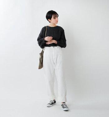 白パンツは合わせるアイテムによって、表情を変えて楽しめる万能アイテム。今のあなたのスタイルにも、きっと新しい風を吹き込んでくれるはずです。カジュアルにもキレイめにも、自分らしいコーデを楽しんでみてくださいね♪